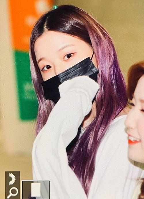Won Young (IZONE) không quên đánh nhũ mắt lấp lánh, tông xuyệt tông màu tóc khi ra sân bay.