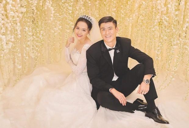Bóc giá trang phục cưới toàn đồ hiệu xịn xò của Duy Mạnh - Quỳnh Anh ảnh 1