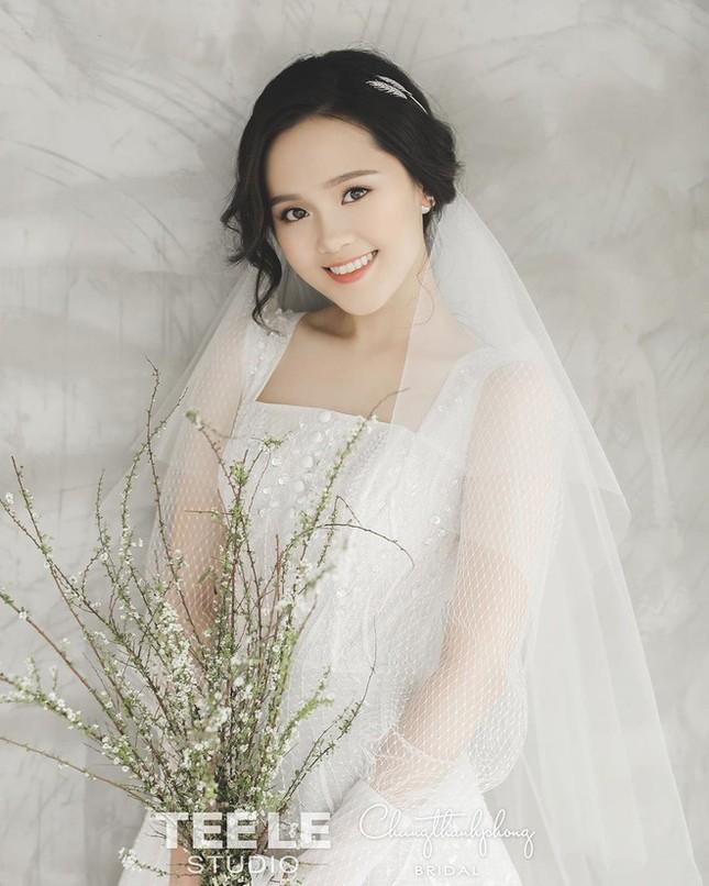 Bóc giá trang phục cưới toàn đồ hiệu xịn xò của Duy Mạnh - Quỳnh Anh ảnh 4