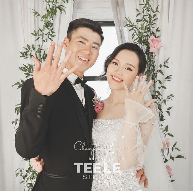 Bóc giá trang phục cưới toàn đồ hiệu xịn xò của Duy Mạnh - Quỳnh Anh ảnh 6