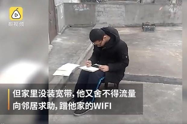 Lên sân thượng ké Wi-Fi hàng xóm để học bài giữa dịch cúm corona ảnh 2
