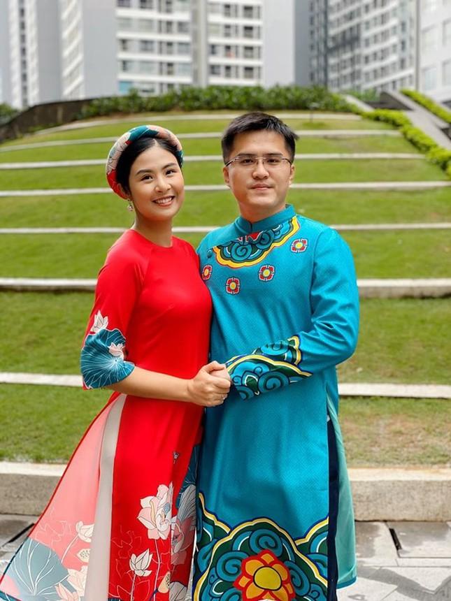 Ngọc Hân đẹp như quý cô Hà Thành với áo dài nhung dạo Văn miếu ngày đầu năm ảnh 5