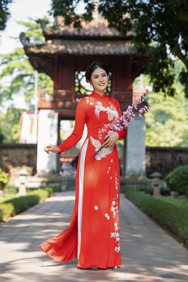 Ngọc Hân đẹp như quý cô Hà Thành với áo dài nhung dạo Văn miếu ngày đầu năm ảnh 4