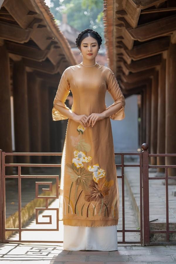Ngọc Hân đẹp như quý cô Hà Thành với áo dài nhung dạo Văn miếu ngày đầu năm ảnh 3