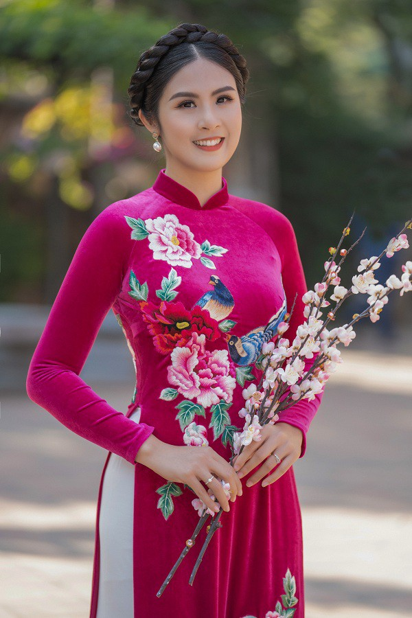 Ngọc Hân đẹp như quý cô Hà Thành với áo dài nhung dạo Văn miếu ngày đầu năm ảnh 1