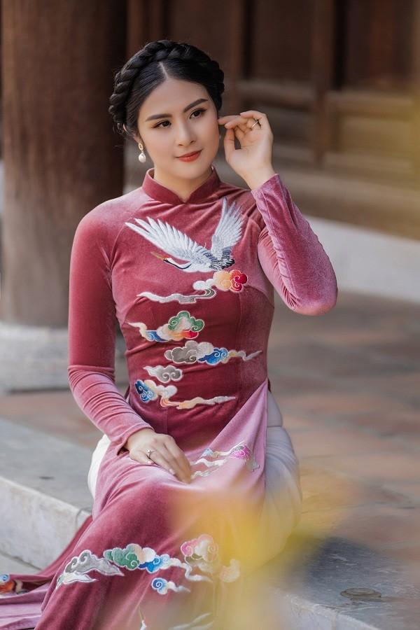 Ngọc Hân đẹp như quý cô Hà Thành với áo dài nhung dạo Văn miếu ngày đầu năm ảnh 2