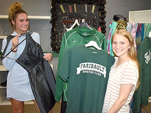 Các bạn học sinh vui vẻ chọn đồ trong cửa hàng miễn phí của trường.