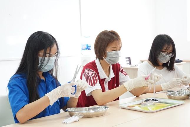 Trường cũng đã thực hiện điều chế khẩu trang để cấp phát miễn phí cho sinh viên.