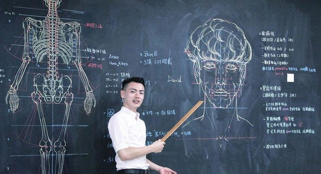 """Thầy giáo """"soái ca"""" hút hồn sinh viên nhờ khả năng vẽ bằng phấn bảng cực đỉnh ảnh 1"""