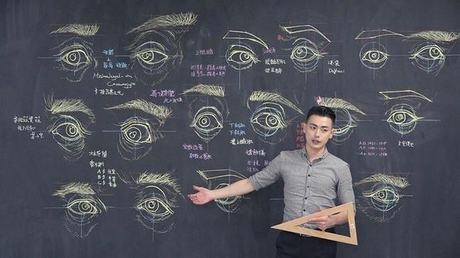 """Thầy giáo """"soái ca"""" hút hồn sinh viên nhờ khả năng vẽ bằng phấn bảng cực đỉnh ảnh 2"""