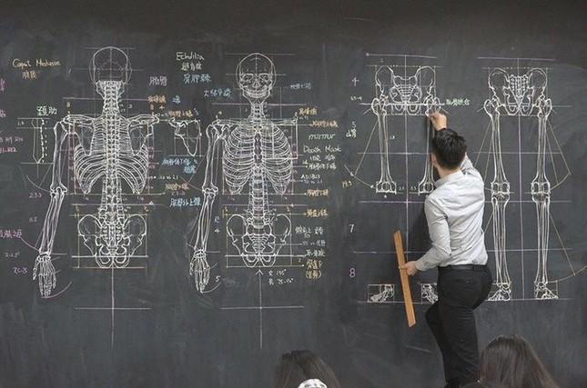 """Thầy giáo """"soái ca"""" hút hồn sinh viên nhờ khả năng vẽ bằng phấn bảng cực đỉnh ảnh 3"""