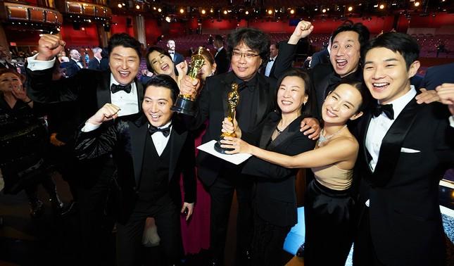 """Gong Hyo Jin, Honey Lee bị """"ném đá"""" vì xuất hiện trong bữa tiệc mừng của phim """"Parasite""""  ảnh 1"""