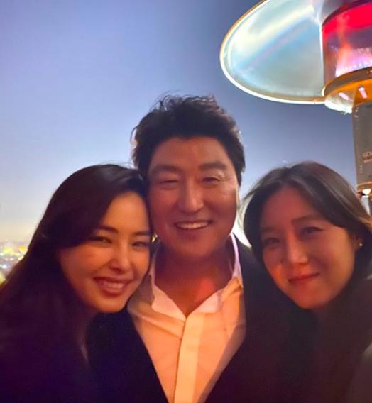 """Gong Hyo Jin, Honey Lee bị """"ném đá"""" vì xuất hiện trong bữa tiệc mừng của phim """"Parasite""""  ảnh 2"""