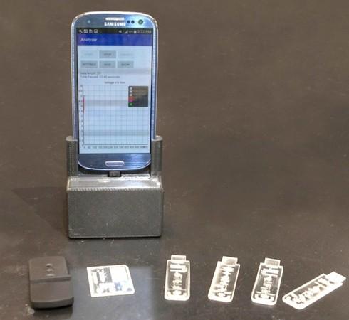 Thiết bị chẩn đoán nhanh đang được cắm vào điện thoại thông minh để thử nghiệm.