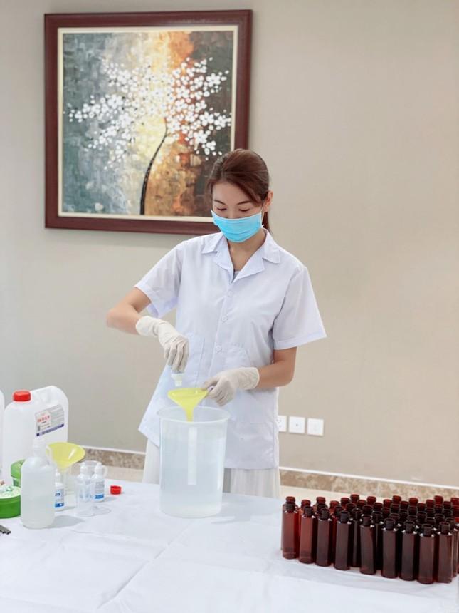 Á hậu Thúy Vân tự làm 100 chai nước rửa tay tăng người dân trong mùa dịch nCoV ảnh 2