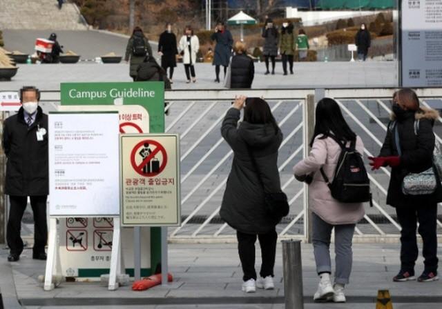 Bị ký túc xá Hàn Quốc buộc cách ly, nhiều sinh viên TQ không có chỗ ở ảnh 1