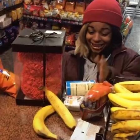 Một khách hàng vô cùng vui mừng và xúc động khi được lấy thực phẩm mà không phải trả tiền.