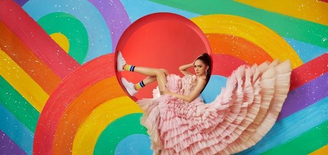 Hoa hậu Hương Giang tung bộ ảnh có thông điệp bình đẳng trong tình yêu  ảnh 1