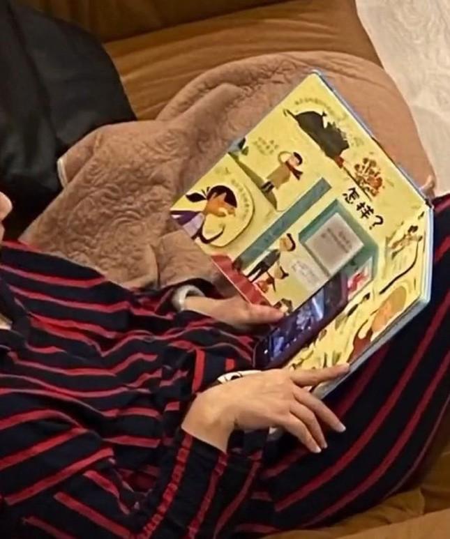 """Tưởng bố mẹ ngồi đọc sách làm gương cho con, chưa kịp khen đã phát hiện sự thật cực """"phũ"""" ảnh 2"""