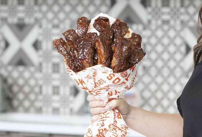 Sườn nướng và những bó hoa độc đáo làm từ đồ ăn cho dịp Valentine ảnh 1