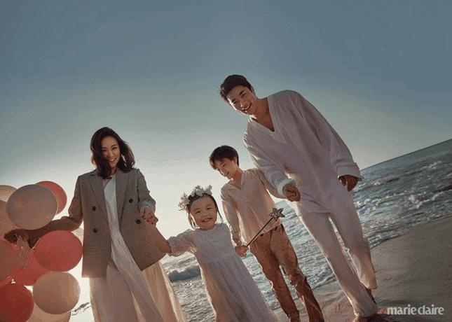 Tạm gác lại sự nghiệp nhưng Kwon Sang Woo vẫn hạnh phúc bên gia đình đẹp như mơ.