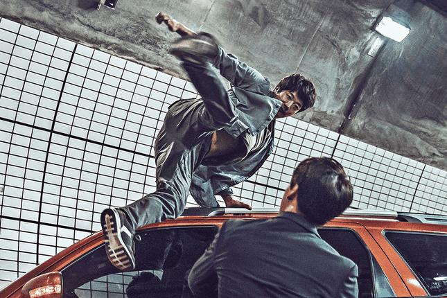 Khán giả trầm trồ khi chiêm ngưỡng kỹ năng đánh đấm điêu luyện của Kwon Sang Woo trong Sát Thủ Vô Cùng Cực...