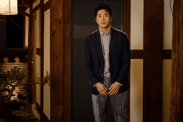 """Kwon Sang Woo hóa thân thành anh chồng cũ """"lầy lội"""" trong Love Again."""