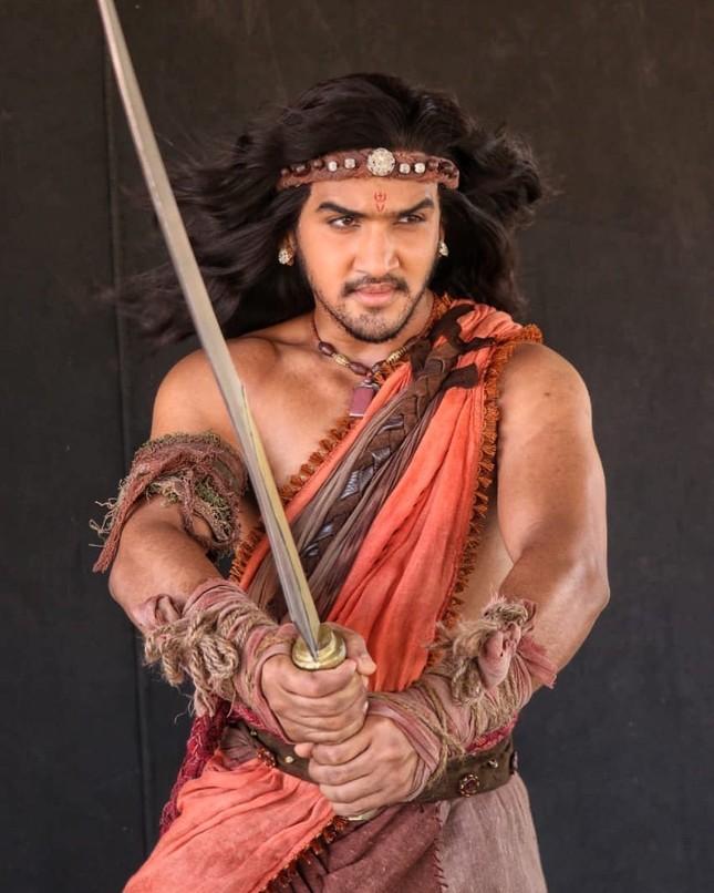 """""""Hoàng tử vũ công"""" của Bollywood chấn thương nặng khi ngã ngựa trên phim trường ảnh 6"""