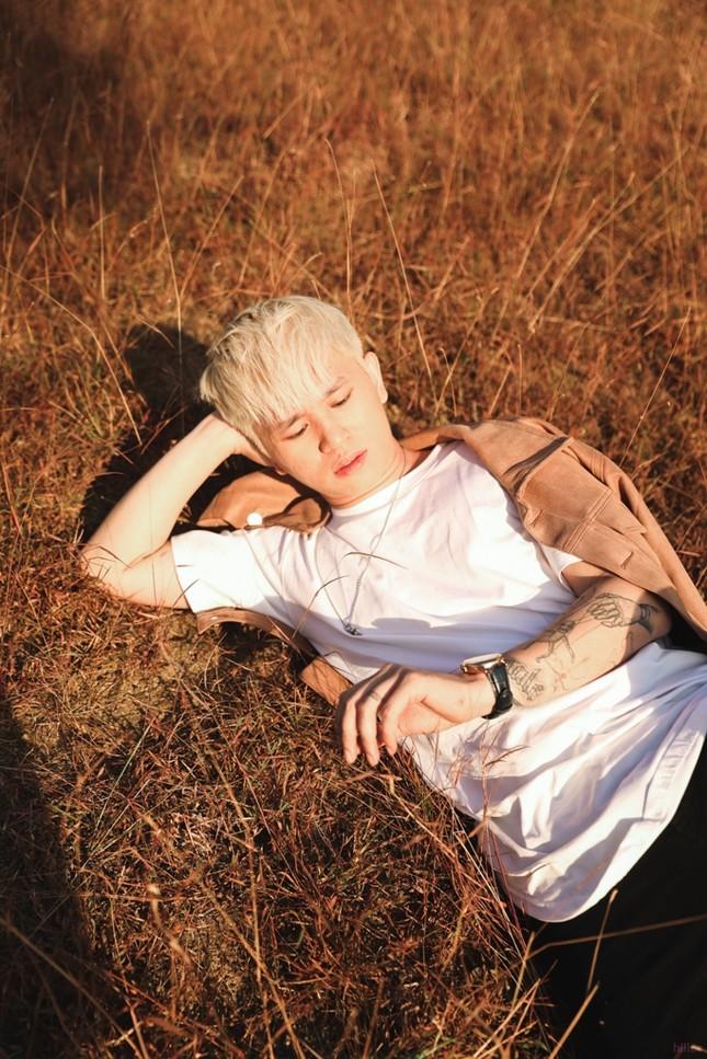 Ngoài MV Do For Love, B Ray còn giới thiệu album gồm 7 bài hát cho lần trở lại.