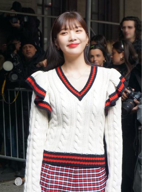Trong thời tiết lạnh giá ở Mỹ, người đẹp khoe thần thái tươi tắn với lối trang điểm môi đỏ, kết hợp tóc mái thưa năng động. Nhiều tạp chí thời trang châu Á đưa tin về lần xuất hiện này của thành viên Red Velvet.