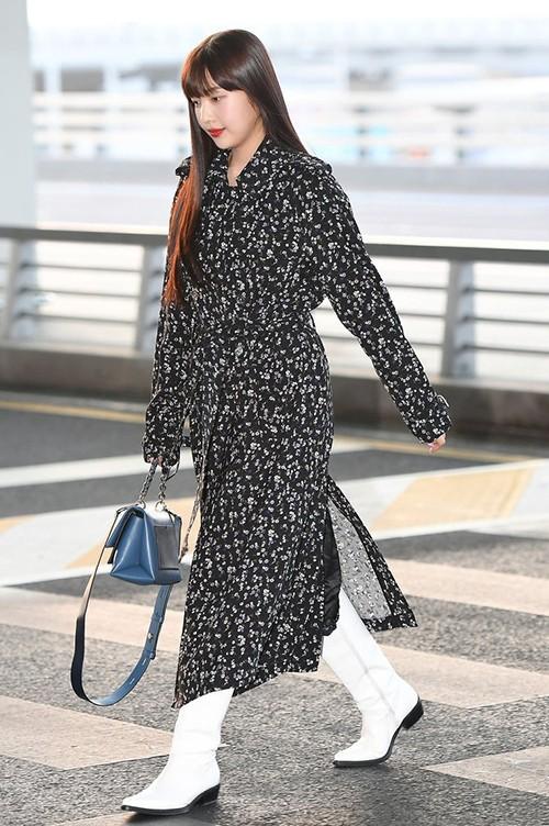 Dù có dung mạo xinh như búp bê, cách kết hợp áo choàng dài cùng boots cao cổ rộng của nữ idol có phần nặng nề và có thể