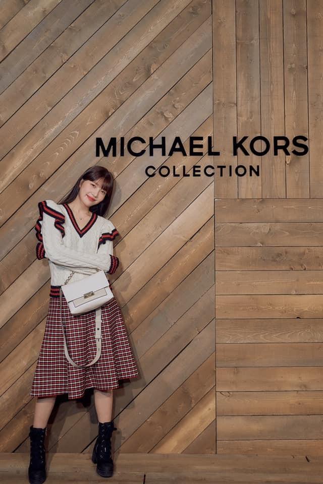 Joy là khách mời hàng ghế đầu trong show Michael Kors tại New York Fashion Week. Dự buổi ra mắt bộ sưu tập mới của nhà mốt nước Mỹ, thành viên của Red Velvet diện nguyên cây đồ cùng thương hiệu.