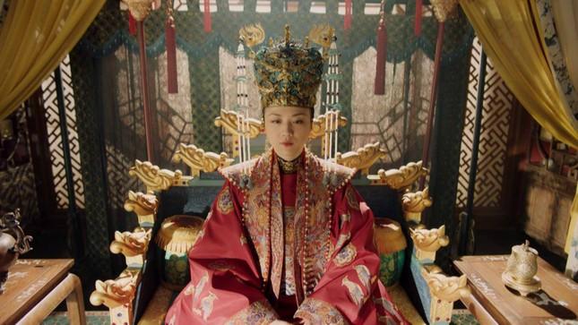 Trở lại màn ảnh nhỏ sau 12 năm vắng bóng, Thang Duy hóa hoàng hậu quyền uy ảnh 1