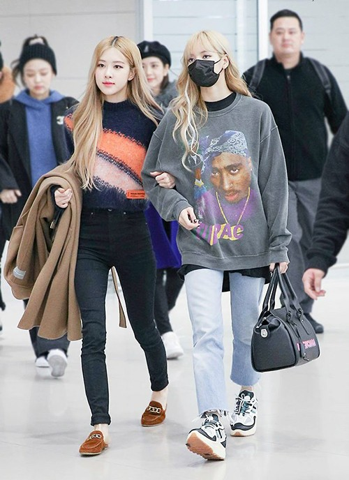 Trong nhóm Black Pink, Lisa và Rosé cùng có đôi chân mảnh mai. Tuy nhiên cách diện quần skinny của Rosé khiến cô nàng trông gầy guộc hơn hẳn cô em út mặc quần jeans ống suông.