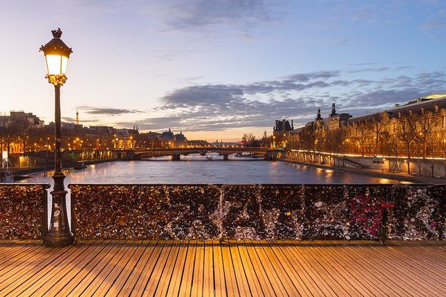 Khóa chặt tình yêu tại những cây cầu nổi tiếng nhất thế giới ảnh 1
