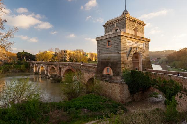 Khóa chặt tình yêu tại những cây cầu nổi tiếng nhất thế giới ảnh 2