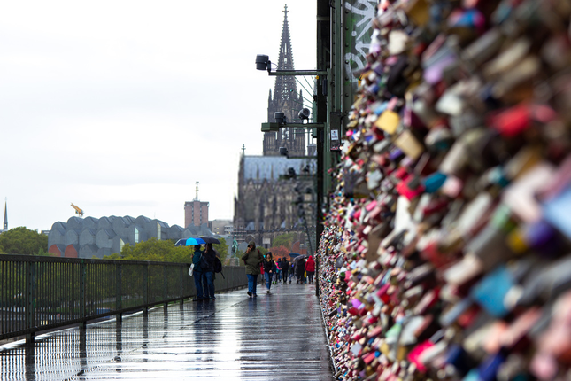 Khóa chặt tình yêu tại những cây cầu nổi tiếng nhất thế giới ảnh 3