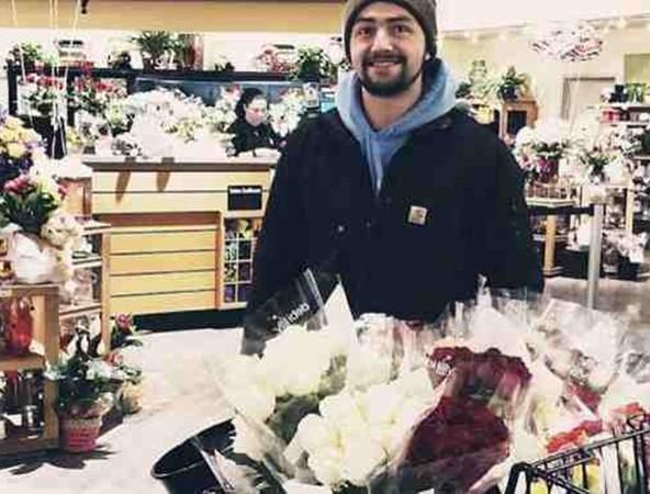 Mỗi khi sắp đến Valentine là anh Stewart lại đi mua rất nhiều hoa hồng.
