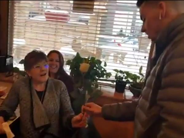 Đôi khi, nhóm của anh Stewart còn trực tiếp tặng hoa hồng cho những phụ nữ lớn tuổi nữa.