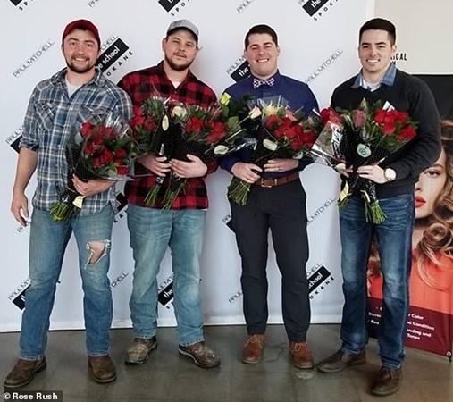 Anh Seth Stewart (trái) và nhóm bạn chuyên tặng hoa hồng vào ngày Valentine.