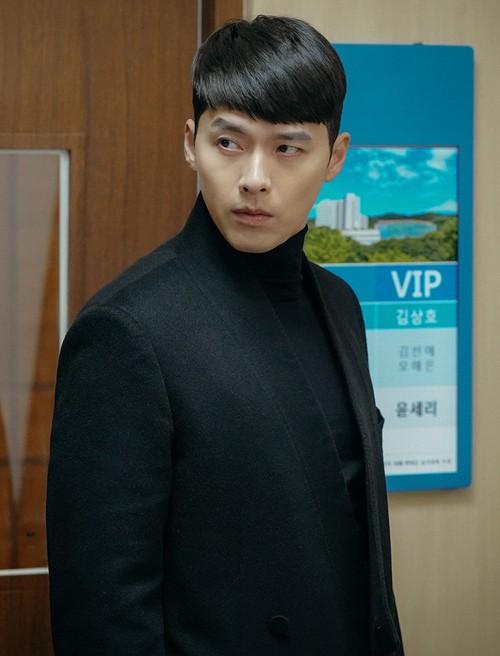 Suốt thời gian ở Nam Hàn, chàng đại úy mê mệt style len cổ cao đi kèm các kiểu khoác dạ đẳng cấp.