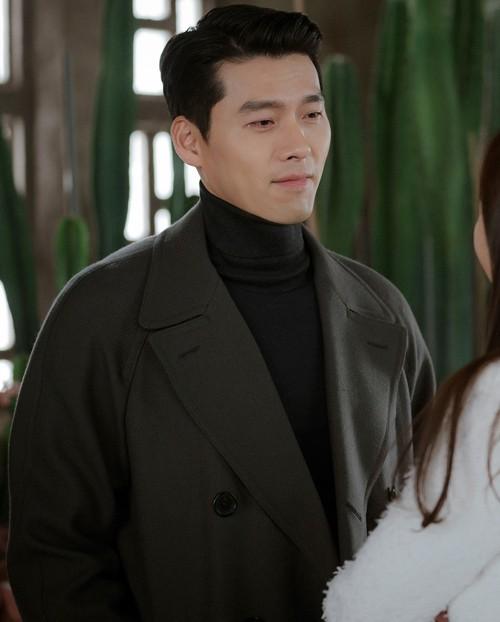 Áo cổ lọ đi kèm áo khoác dạ hoàn thiện hình ảnh người đàn ông vững chãi bên cạnh nàng tài phiệt có phong cách sang chảnh, màu mè Yoon Se Ri.