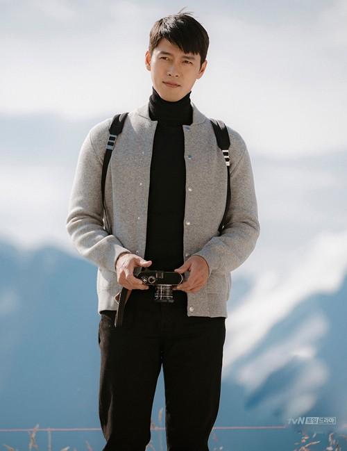 Trong các phân cảnh ở Thụy Sĩ, chiếc áo len yêu thích cũng được Jung Hyuk diện đi diện lại, chỉ thay đổi áo khoác ngoài.