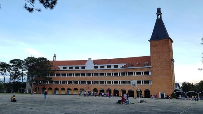 Trước diễn biến phức tạp của dịch corona, 2 ngôi trường đẹp nhất Đà Lạt tạm ngưng đón khách tham quan ảnh 3