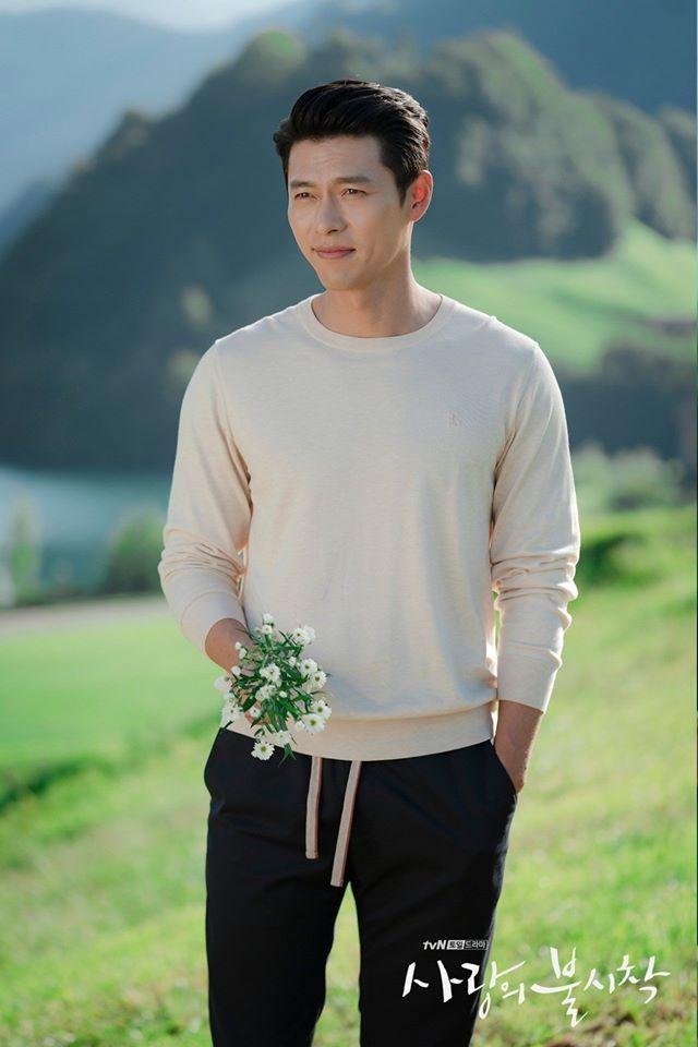 Chẳng cần phải ăn mặc cầu kỳ, Hyun Bin vẫn đốn tim khán giả nhờ khuôn mặt đẹp không góc chết và vóc dáng chuẩn như người mẫu.