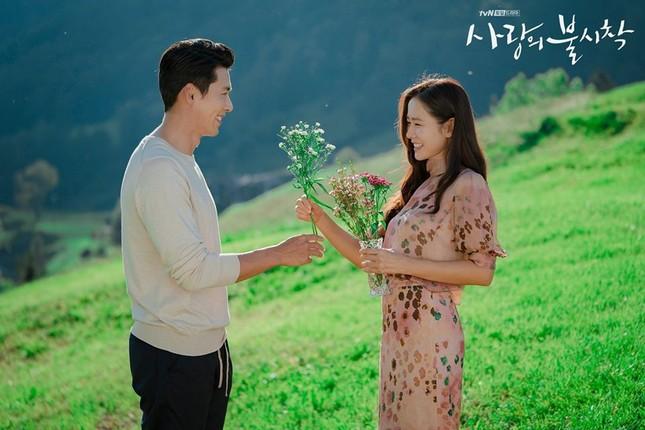 Trong khi khán giả ra sức đẩy thuyền và mong hai ngôi sao sớm thành đôi, Hyun Bin lẫn Son Ye Jin đều một mực khẳng định họ chỉ là đồng nghiệp thân thiết với nhau mà thôi.
