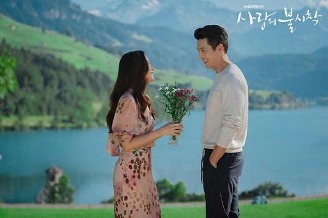 Trong suốt bộ phim, Hyun Bin và Son Ye Jin luôn khiến khán giả tan chảy vì phản ứng hóa học siêu ăn ý của cặp đôi và ngay ở những bức ảnh này, hai người cũng không giấu được hạnh phúc khi ở bên nhau.