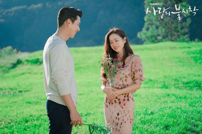 Để đáp lại tình cảm yêu mến của khán giả, đài tvN đã tung ra bộ ảnh hậu trường của cảnh cuối cùng này và khiến các fan xao xuyến vì bức ảnh nào cũng ngọt ngào như ảnh cưới vậy.