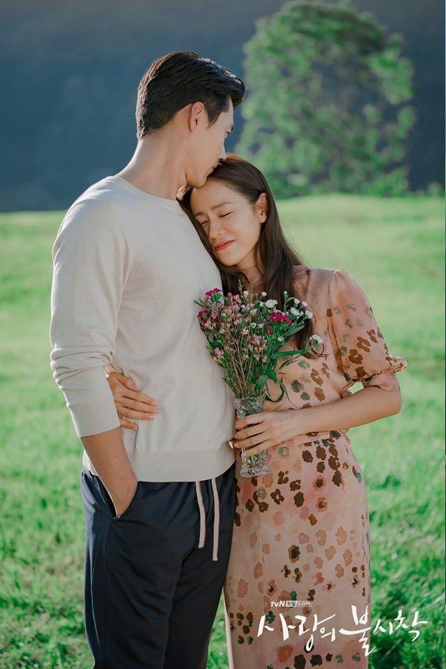 Vậy là phim siêu hot Hạ cánh nơi anh đã kết thúc với hình ảnh cuối cùng là cảnh Hyun Bin, Son Ye Jin bên nhau hạnh phúc ở Thụy Sĩ, đất nước của hoa nhung tuyết và cũng là nơi họ gặp nhau lần đầu tiên.