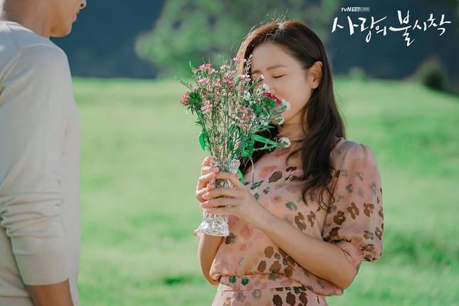 """Chẳng thế mà Hyun Bin và Son Ye Jin đã sớm dính tin đồn """"phim giả tình thật"""" ngay cả trước khi Hạ cánh nơi anh khởi quay. Hai người còn được cho là sẽ kết hôn ngay sau khi phim đóng máy."""